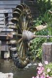 Турбина колеса воды. Вода пользы падая для того чтобы создать силу Стоковая Фотография RF