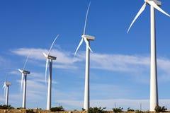 турбины фермы альтернативной энергии обматывают ветрянку стоковое фото