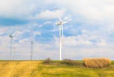 Турбины энергии ветра один из самого чистого, источника способного к возрождению электрической энергии, под голубым небом с белым Стоковое фото RF