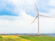 Турбины энергии ветра один из самого чистого, источника способного к возрождению электрической энергии, под голубым небом с белым Стоковые Изображения