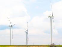 Турбины энергии ветра один из самого чистого, источника способного к возрождению электрической энергии, под голубым небом с белым Стоковое Фото