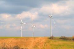 Турбины энергии ветра один из самого чистого, источника способного к возрождению электрической энергии, под голубым небом с белым Стоковые Фото