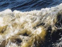 Турбулентные волны и пена от волн Стоковые Фото