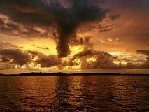 Турбулентный пасмурный заход солнца seascape Стоковая Фотография