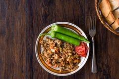 Турецкая еда Kokorec улицы с томатом и зеленым перцем Кишечник овец части Стоковое Изображение RF