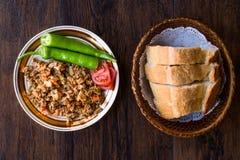 Турецкая еда Kokorec улицы с томатом и зеленым перцем Кишечник овец части Стоковые Изображения