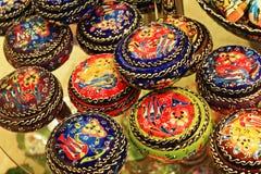 Турецкая красочная покрашенная гончарня на дисплее Стоковое фото RF