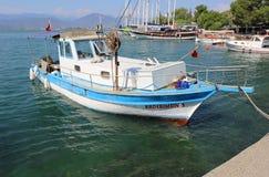 Турецкая рыбацкая лодка состыкованная на порте Fethiye Стоковое Фото