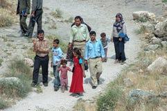 Турецкая семья идя на дорогу стоковые изображения