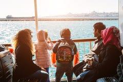 Турецкая семья наслаждаясь видом на море на Босфоре Стоковые Фотографии RF