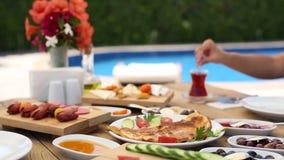 Турецкая таблица завтрака около бассейна сток-видео