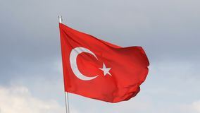 Турецкие волны национального флага в ветре против неба сток-видео