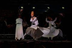 Турецкие завихряясь танцоры или танцоры Sufi завихряясь на Spirito Стоковые Фото