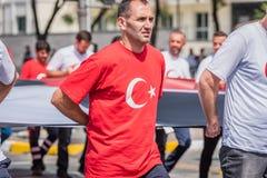 Турецкие люди носят флаг Turkish на военный парад стоковое фото