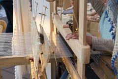 Турецкие руки женщины сплетя традиционный крупный план ковра Стоковая Фотография