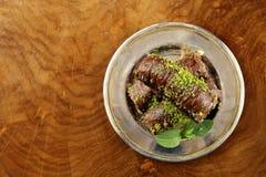 Турецкий арабский десерт - бахлава с медом и грецким орехом, фисташками Стоковое Изображение