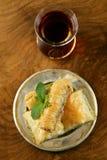 Турецкий арабский десерт - бахлава с медом и грецким орехом, фисташками Стоковая Фотография RF