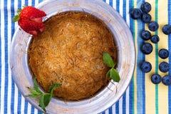 Турецкий десерт Kunefe с голубиками Стоковое Изображение
