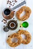 Турецкий кофе и бейгл с семенами сезама Стоковая Фотография