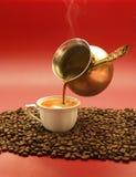 Турецкий кофе полит от медного бака Стоковые Фото