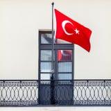 Турецкий национальный флаг развевая в ветре Стоковое Фото