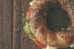 Турецкий сандвич бейгл, simit, деревянная предпосылка Стоковые Фотографии RF