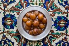 Турецкий традиционный десерт Lokma на поверхности картины тахты стоковые изображения