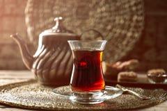 Турецкий чай в традиционном стекле стоковые изображения rf