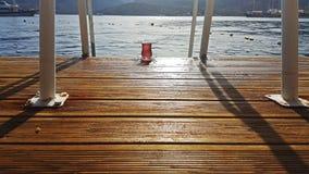 Турецкий чай на деревянной посадке стоковые изображения