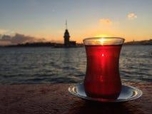 Турецкий чай против башни девушки на заходе солнца в Istanb Стоковое Фото