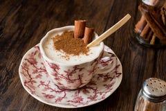 Турецкий Salep или Sahlep с ручками циннамона/Eggnog рождества Стоковая Фотография
