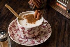 Турецкий Salep или Sahlep с ручками циннамона/Eggnog рождества Стоковое Изображение RF
