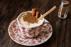 Турецкий Salep или Sahlep с ручками циннамона/Eggnog рождества Стоковое Изображение