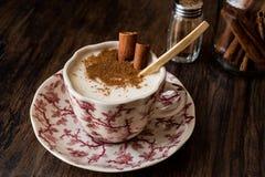 Турецкий Salep или Sahlep с ручками циннамона/Eggnog рождества Стоковая Фотография RF