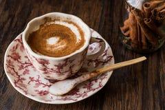 Турецкий Salep или Sahlep с ручками циннамона/Eggnog рождества Стоковые Фотографии RF