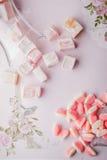 Турецкое наслаждение и студни плодоовощ на романтичной розовой предпосылке Стоковая Фотография