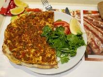Турецкое очень вкусное хрустящее lahmacun вне теперь от каменного Оуэна стоковая фотография