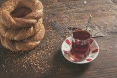 Турецкое стекло бейгл и чая на деревянной предпосылке Стоковое Фото