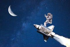 туризм в космическом пространстве летание космонавта на луне стоковые изображения