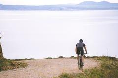 Туризм темы и задействовать на велосипеде горы молодой парень ехать вниз на высокой скорости на скалистом, фон среднеземноморской Стоковое Изображение RF