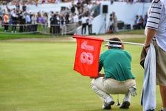 Турин Италия около seek взгляда задней части игрока гольфа в сентябре неизвестный линия с caddy в переднем плане держа flagstick  стоковое изображение