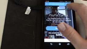 Турин, Италия 23-ье февраля 2018 используя paypal на smartphone видеоматериал