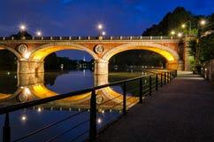 Турин (Турин) Ponte Isabella и река Po на голубом часе Стоковые Изображения RF
