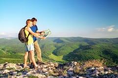 2 туриста в горе прочитали карту. Стоковые Изображения RF