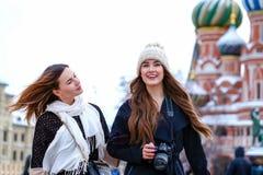 2 туриста девушек сфотографированы в Москве (Россия) Стоковое фото RF