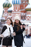 2 туриста девушек сфотографированы в Москве (Россия) Стоковая Фотография RF