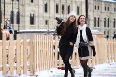 2 туриста девушек сфотографированы в Москве (Россия) Стоковые Изображения RF