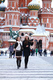 2 туриста девушек сфотографированы в Москве (Россия) Стоковое Фото