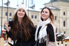 2 туриста девушек сфотографированы в Москве (Россия) Стоковое Изображение RF