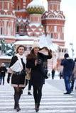 2 туриста девушек сфотографированы в Москве (Россия) Стоковые Фото